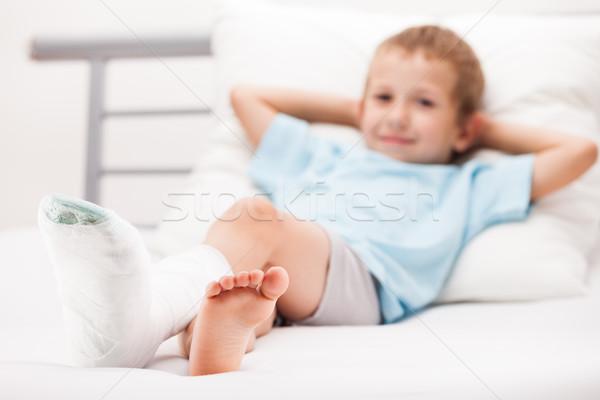 Pequeno criança menino gesso bandagem em Foto stock © ia_64