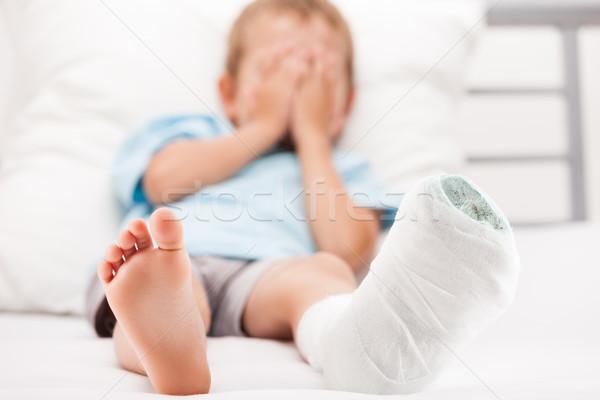 Kicsi gyermek fiú tapasz bandázs láb Stock fotó © ia_64