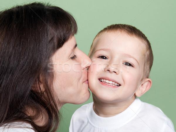 Moeder zoenen kind glimlachend familie geluk Stockfoto © ia_64