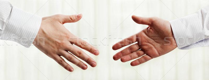 Kézfogás üzletemberek kéz üdvözlet megbeszélés férfiak Stock fotó © ia_64