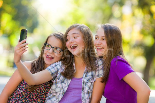 Stockfoto: Gelukkig · teen · meisjes · park · mobiele · telefoon