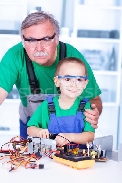 Fier grand-père petit-enfant atelier travail brisé Photo stock © icefront