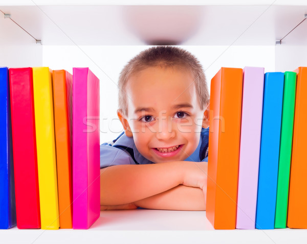 Weinig jongen naar boekenplank permanente achter Stockfoto © icefront