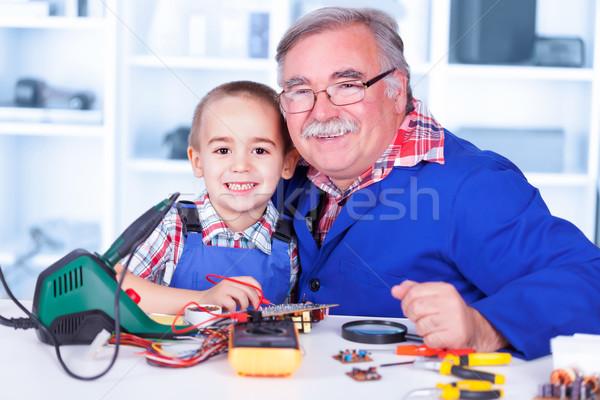 Szczęśliwy dziadek wnuczka warsztaty elektrycznej Zdjęcia stock © icefront