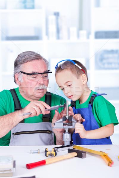 Grootvader tonen kleinkind onderwijs onderwijs Stockfoto © icefront