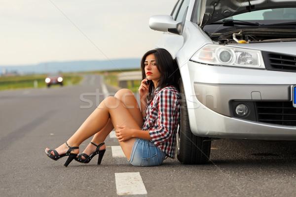 Donna seduta terra auto rotta triste strada Foto d'archivio © icefront