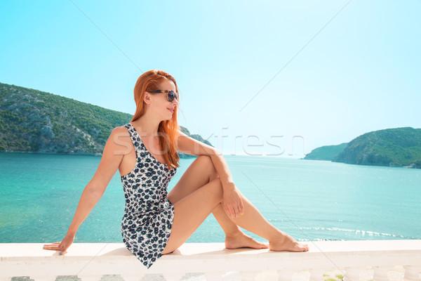 Femme regarder mer vue jeunes dame Photo stock © ichiosea