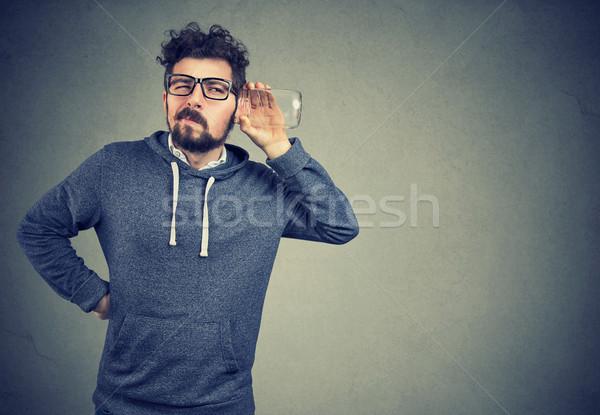 Kémkedés férfi zavart hallgatózás fiatal vicces Stock fotó © ichiosea