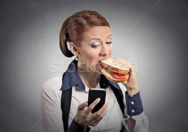 Kadın okuma mesaj yeme sandviç Stok fotoğraf © ichiosea