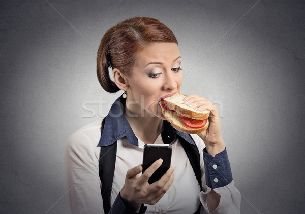 Vrouw lezing bericht smartphone eten sandwich Stockfoto © ichiosea