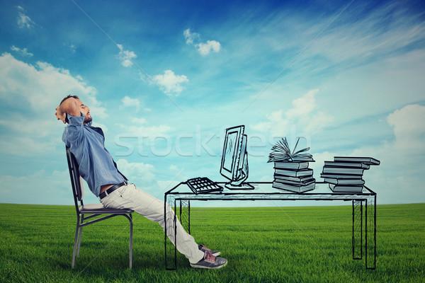 Férfi megnyugtató asztal kint fiatal üzletember Stock fotó © ichiosea