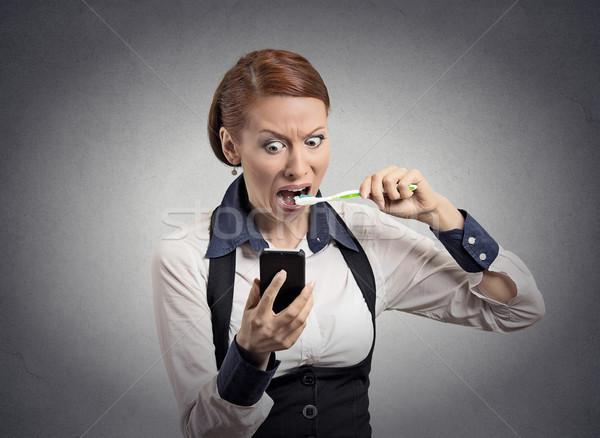 Scioccato donna lettura news smartphone Foto d'archivio © ichiosea