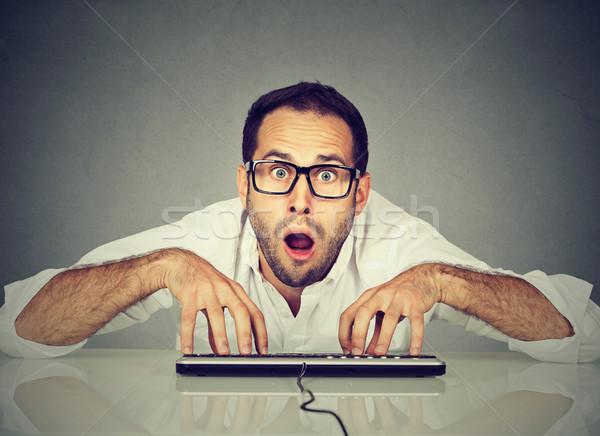 Crazy patrząc człowiek okulary wpisując klawiatury Zdjęcia stock © ichiosea