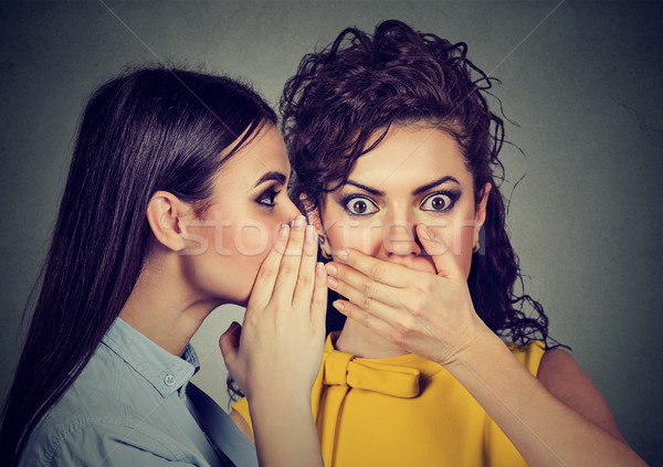 Scioccato donna ascolto pettegolezzi segreto orecchio Foto d'archivio © ichiosea