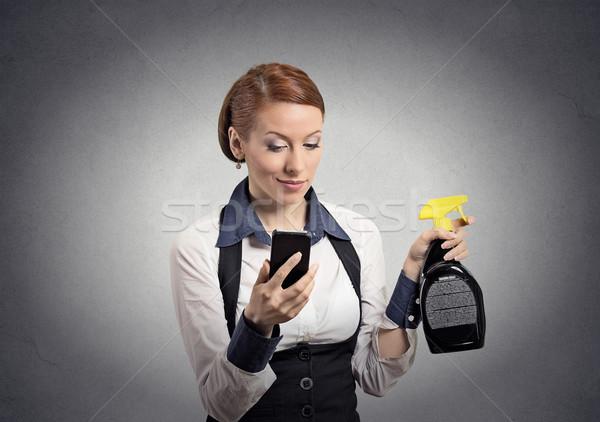 Vrouw smartphone schoonmaken spray fles Stockfoto © ichiosea
