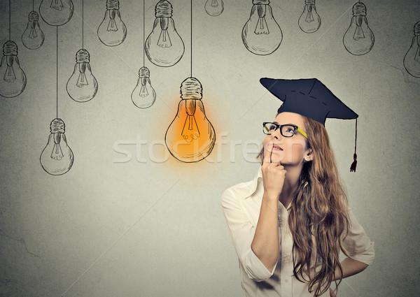 Foto stock: Pós-graduação · estudante · mulher · jovem · boné · olhando