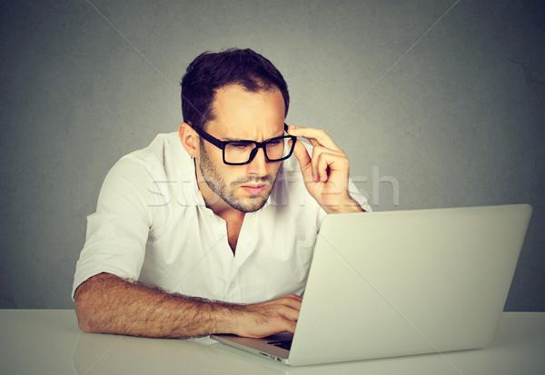 бизнесмен рабочих портативного компьютера компьютер стороны Сток-фото © ichiosea