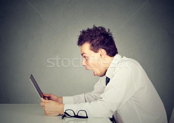 Geschokt man naar laptop verwonderd Open Stockfoto © ichiosea