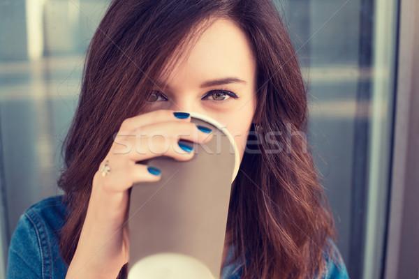 улыбающаяся женщина питьевой кофе улице бумаги Сток-фото © ichiosea