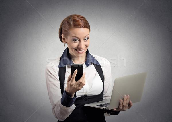 Sorpreso donna lettura news smartphone Foto d'archivio © ichiosea