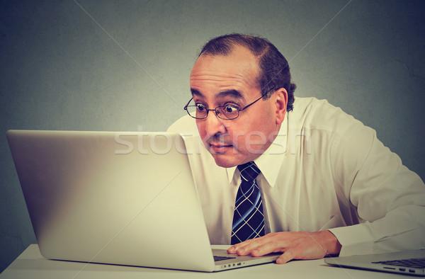 Középkorú megrémült üzletember ül laptop számítógép néz Stock fotó © ichiosea