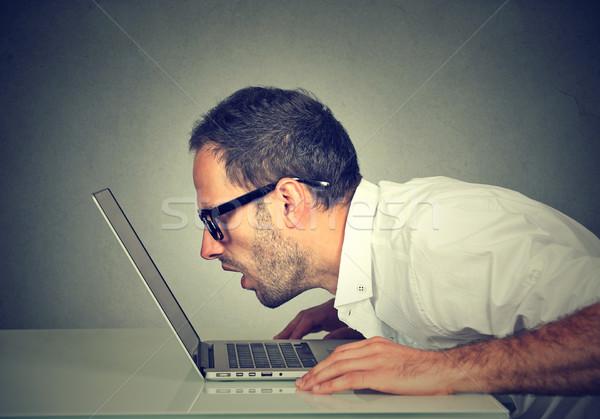 Oldal profil férfi bámul laptop képernyő Stock fotó © ichiosea