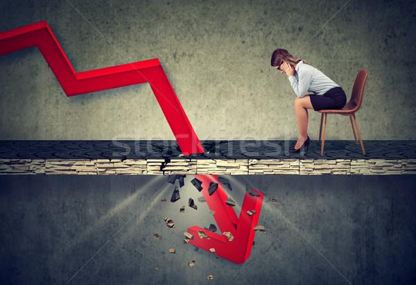 Depresso donna d'affari guardando verso il basso cadere rosso arrow Foto d'archivio © ichiosea
