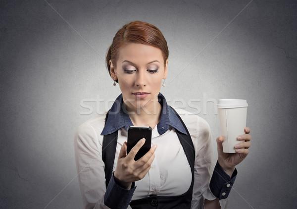 Kobieta czytania bad news smartphone pitnej kawy Zdjęcia stock © ichiosea