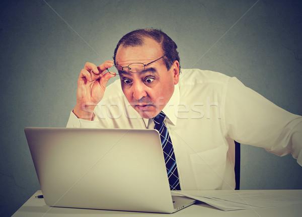 Portré megrémült férfi olvas üzenet számítógép Stock fotó © ichiosea
