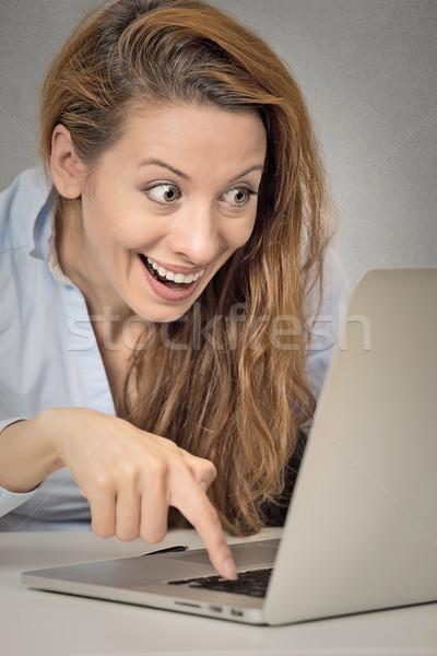 Funny kobieta pracy komputera gotowy naciśnij Zdjęcia stock © ichiosea