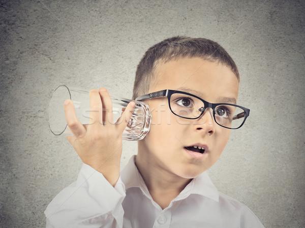 Singolare ragazzo ascolto vetro Cup conversazione Foto d'archivio © ichiosea