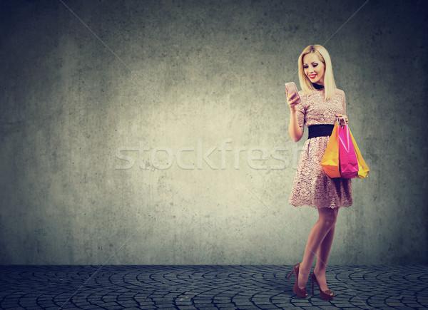Stok fotoğraf: Güzel · bir · kadın · alışveriş · çevrimiçi · fiyatlar · cep · telefonu · moda