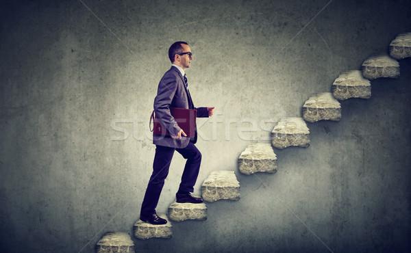 üzletember aktatáska felfelé lépcsőfeljáró karrier létra Stock fotó © ichiosea