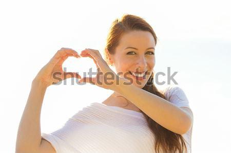 Uśmiechnięty szczęśliwy młoda kobieta serca podpisania Zdjęcia stock © ichiosea