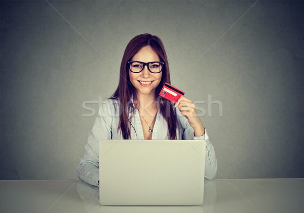 Foto stock: Mulher · cartão · de · crédito · usando · laptop · internet · compras · on-line