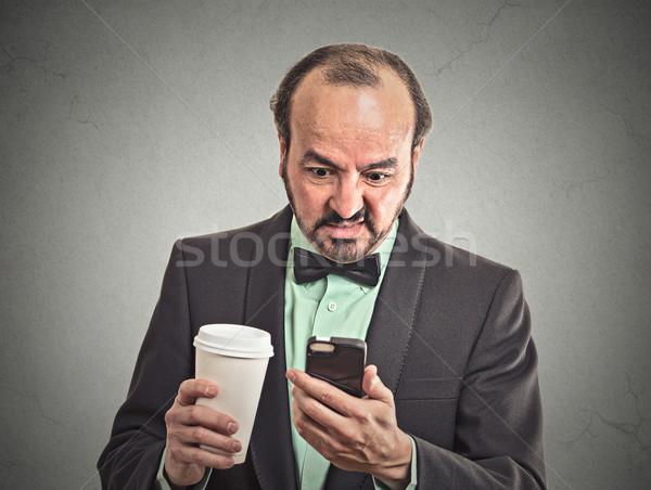 Człowiek czytania bad news smartphone pitnej kawy Zdjęcia stock © ichiosea