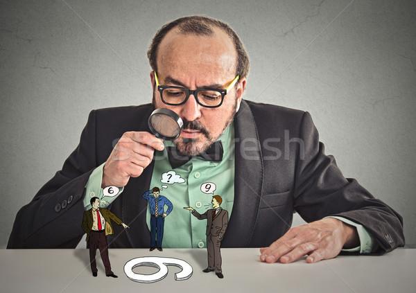 Biznesmen okulary posiedzenia biurko patrząc Zdjęcia stock © ichiosea
