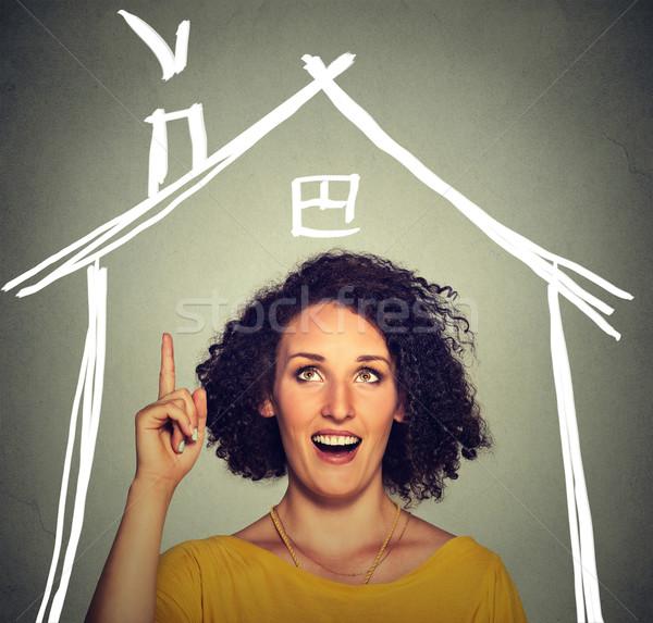 Nő ötlet felfelé néz ház tető fölött Stock fotó © ichiosea