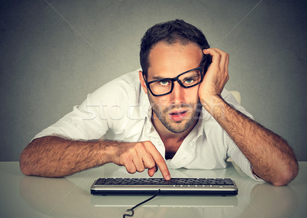 Somnolent travailleur jeune homme travail ordinateur bureau Photo stock © ichiosea
