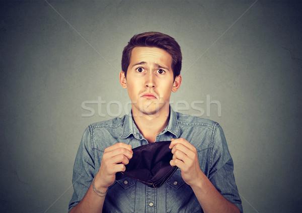 Férfi nincs pénz üzletember tart üres pénztárca Stock fotó © ichiosea