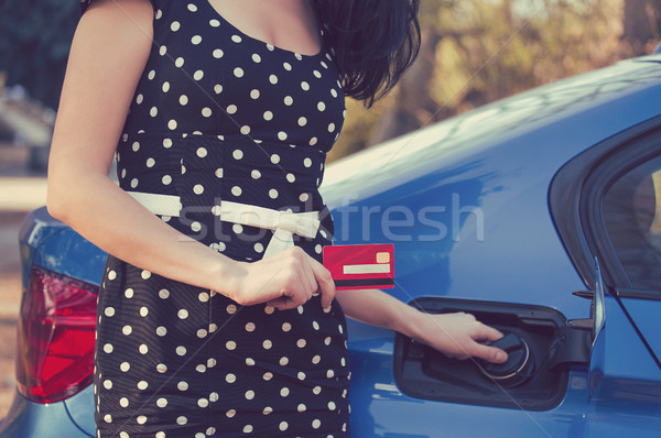 Primer plano mujer tarjeta de crédito apertura combustible tanque Foto stock © ichiosea