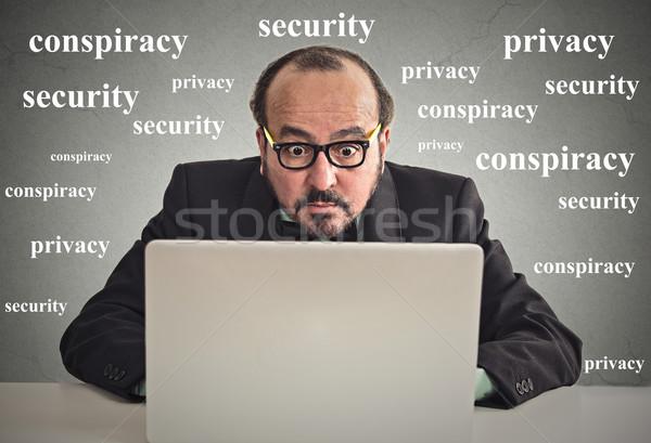 Człowiek biznesu pracy komputera prywatność posiedzenia biurko Zdjęcia stock © ichiosea