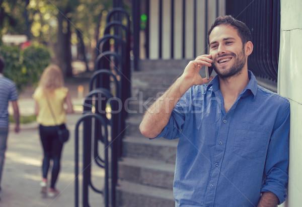 Férfi beszél telefon lezser városi profi Stock fotó © ichiosea