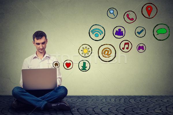 Uomo lavoro utilizzando il computer portatile applicazione icone Foto d'archivio © ichiosea