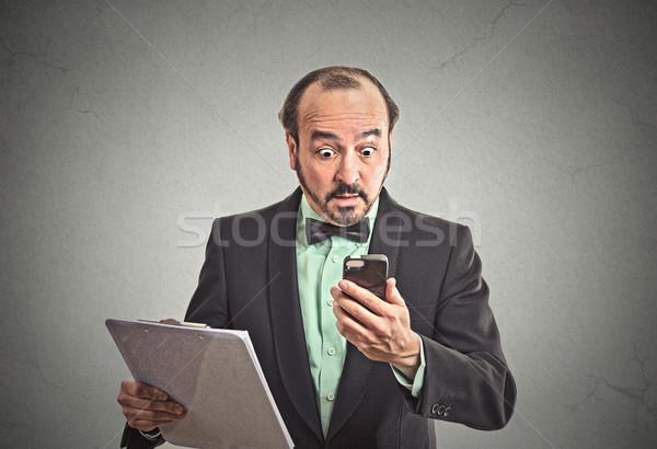Sorprendido hombre de negocios lectura malas noticias primer plano Foto stock © ichiosea