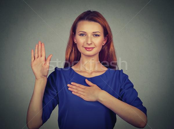 Jonge vrouw belofte geïsoleerd grijs muur Stockfoto © ichiosea