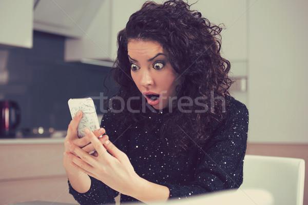 Divertente scioccato ansioso donna guardando telefono Foto d'archivio © ichiosea