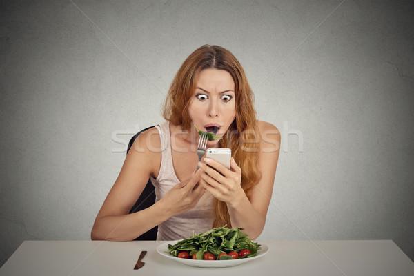 Dziewczyna jedzenie zielone Sałatka patrząc Zdjęcia stock © ichiosea