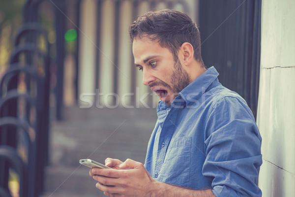 Angstig man naar telefoon slechte bericht Stockfoto © ichiosea