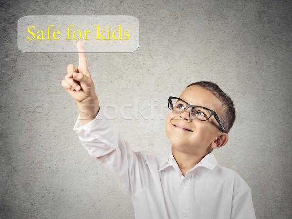 Bambino spingendo sicuro ragazzi pulsante primo piano Foto d'archivio © ichiosea